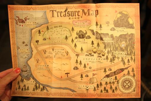 この宝の地図、【縦7マス・横10マス】の升目が印刷されており、 地図の裏面を見ると、にはいくつかのアルファベットと共に、  半分に分断された星マーク(☆)